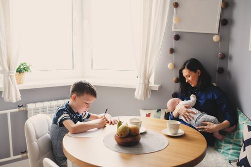 Familie beim Frühstück zu Hause Mensch Kind Baby Mädchen Junge Junge Frau Jugendliche Erwachsene Mutter Leben 0-12 Monate 3-8 Jahre Kindheit 18-30 Jahre Gefühle