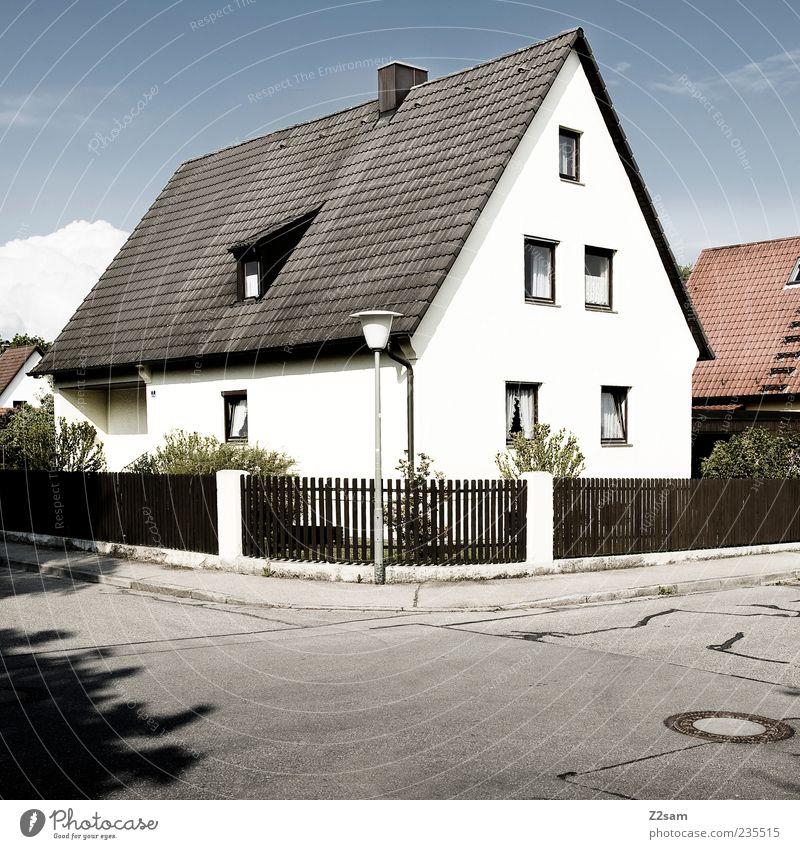 ganz einfach Haus Garten Umwelt Himmel Wolkenloser Himmel Sträucher Dorf Einfamilienhaus Gebäude Architektur Straße ästhetisch eckig Sauberkeit trist Idylle