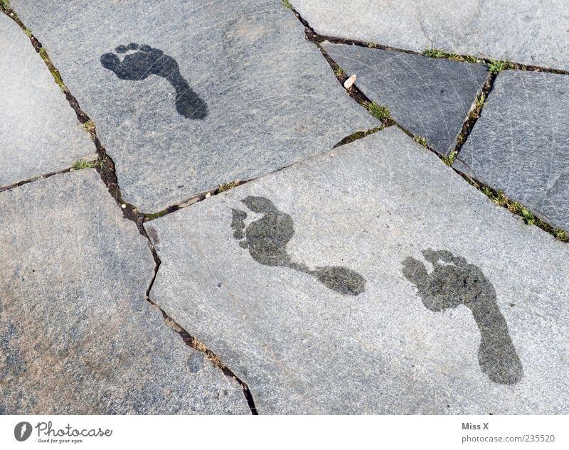 Barfuß Wasser Sommer laufen nass Fußspur Fuge Bodenplatten Steinplatten Spuren