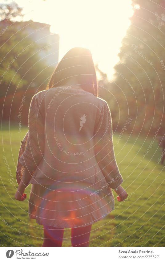. elegant Stil feminin Junge Frau Jugendliche Haare & Frisuren 1 Mensch 18-30 Jahre Erwachsene Schönes Wetter Park Wiese Rock Kleid langhaarig genießen leuchten