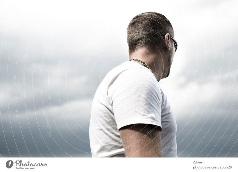 strong Stil Mensch maskulin Junger Mann Jugendliche 1 18-30 Jahre Erwachsene Himmel Wolken Gewitterwolken T-Shirt Schmuck Halskette Erholung Blick träumen