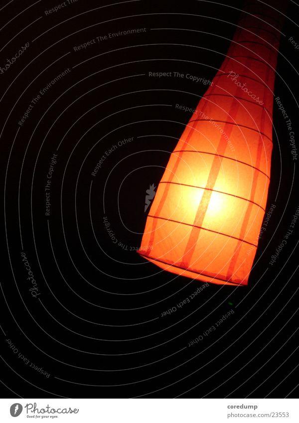 Ikea_Light Lampe dunkel rot Trichter Fototechnik verrückt