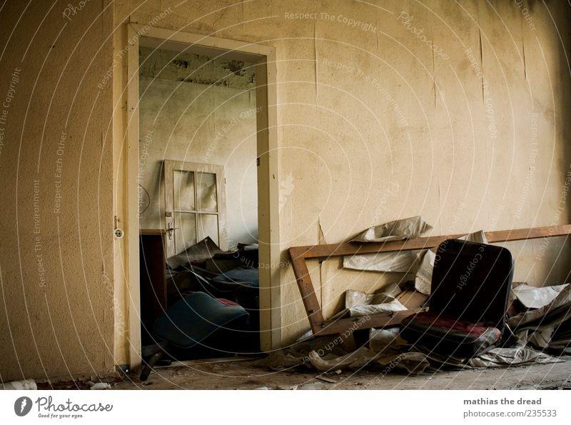 SITZGELEGENHEIT Einsamkeit Haus ruhig dunkel Fenster Wand Mauer Gebäude Innenarchitektur Tür Raum gehen dreckig Armut außergewöhnlich kaputt