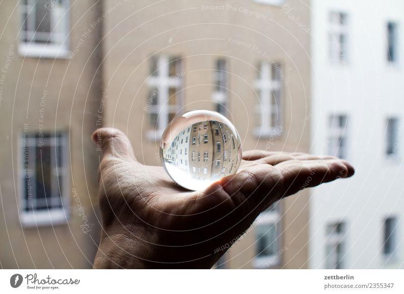 Glaskugel + Fassade Hand Finger festhalten zeigen Kugel Reflexion & Spiegelung Miete Mieter Altbau Fenster Haus Mehrfamilienhaus Stadthaus Textfreiraum