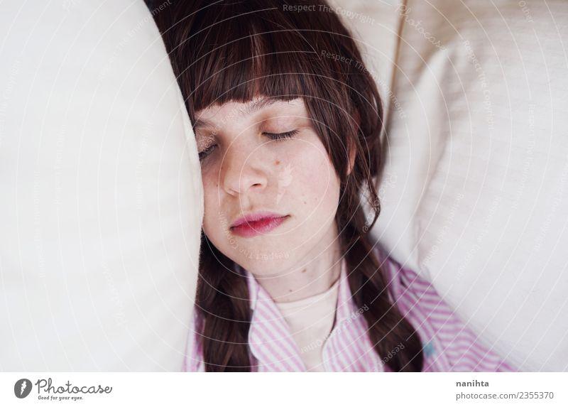 Junge Frau schläft in ihrem Bett. Lifestyle Haare & Frisuren Haut Gesicht Gesundheit Wellness Erholung ruhig Mensch feminin Jugendliche 1 18-30 Jahre Erwachsene