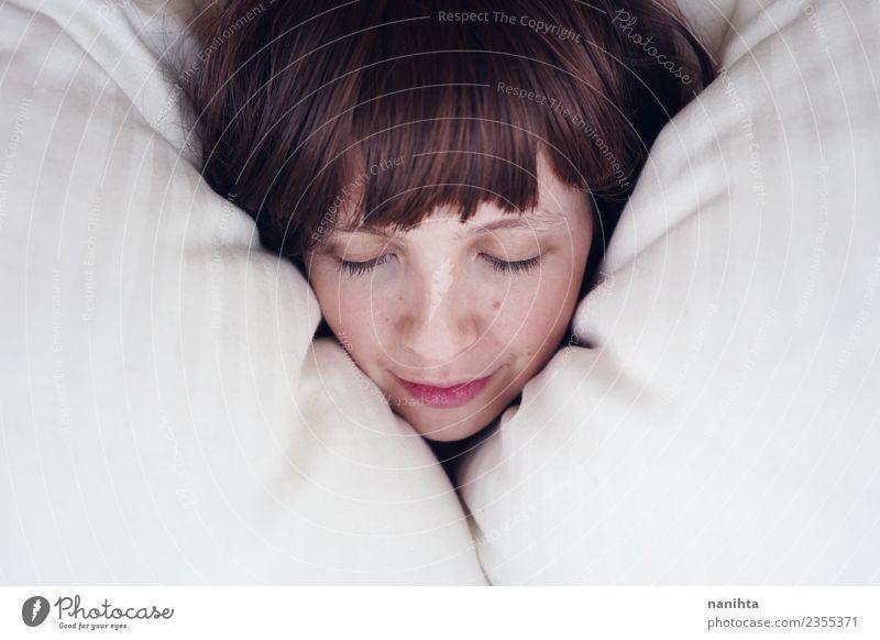 Junge Frau schläft in ihrem Bett. Lifestyle Freude schön Haut Gesicht Gesundheit Wellness Wohlgefühl Erholung ruhig Mensch feminin Jugendliche 1 18-30 Jahre