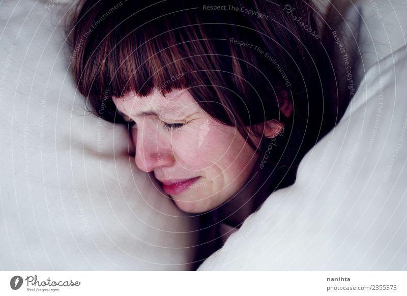 Junge Frau weinend in ihrem Bett Mensch feminin Jugendliche 1 18-30 Jahre Erwachsene brünett langhaarig dunkel authentisch trist weiß Gefühle Stimmung