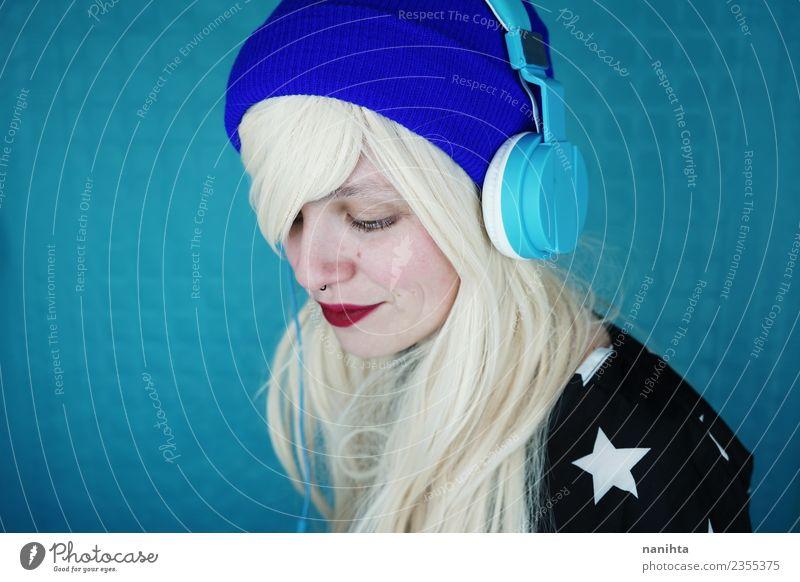 Junge blonde Frau beim Musikhören Lifestyle Stil Design Freude schön Haare & Frisuren Haut Gesicht Freizeit & Hobby Headset Technik & Technologie