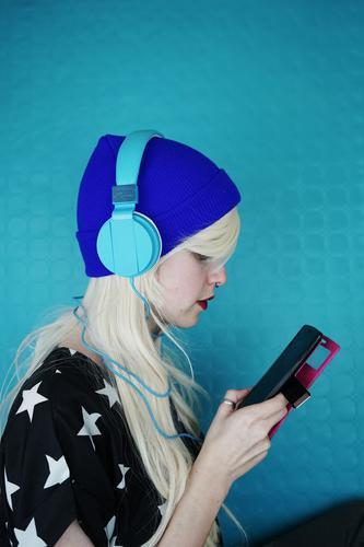Junge Frau hört Musik mit Kopfhörer und Telefon. Lifestyle Stil Design Haare & Frisuren Freizeit & Hobby Handy MP3-Player Technik & Technologie