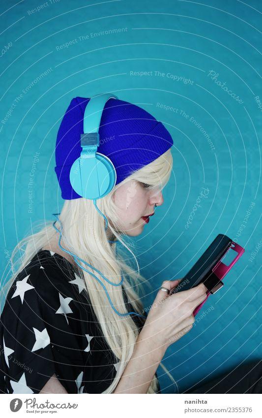Mensch Jugendliche Junge Frau blau 18-30 Jahre Erwachsene Leben Lifestyle feminin Stil Kunst Haare & Frisuren Design Freizeit & Hobby modern Musik
