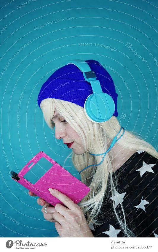 Junge Frau beim Lesen und Musikhören mit ihrem Handy Lifestyle Stil Haare & Frisuren Freizeit & Hobby Headset Kabel Technik & Technologie