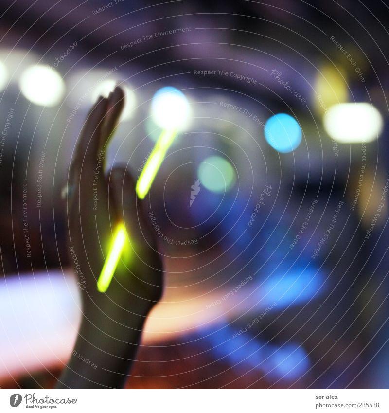 hand in the air Mensch Hand grün Freude Tanzen Finger leuchten festhalten Kunststoff Konzert Leidenschaft Lebensfreude Begeisterung Jugendkultur Lichtspiel