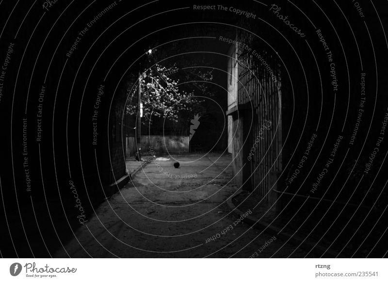 Hinterhof mit Laterne und Objekt Einsamkeit schwarz Haus Erholung dunkel Wand Wege & Pfade Mauer Traurigkeit träumen Beleuchtung dreckig außergewöhnlich warten