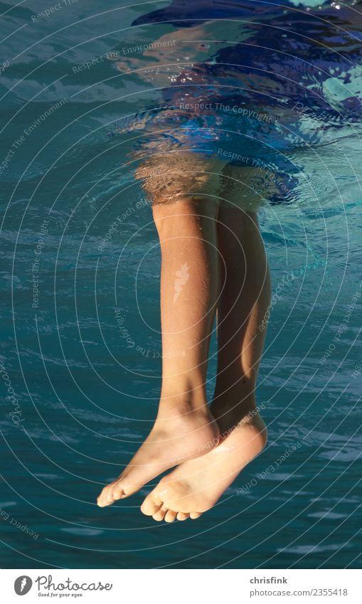 Füsse im Wasser Freude Schwimmbad Schwimmen & Baden Sonne Sport Wassersport tauchen Kind Mensch maskulin Junge Jugendliche Beine 1 8-13 Jahre Kindheit Teich