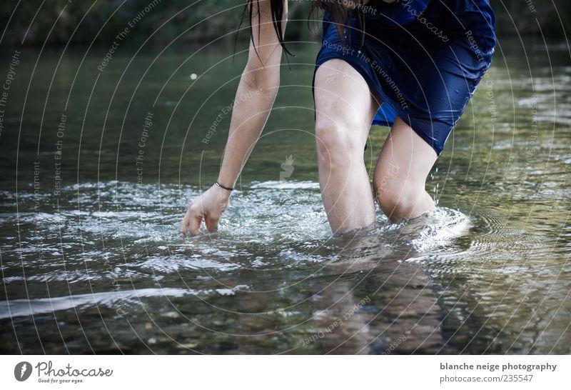 fresh feelings Leben Schwimmen & Baden feminin Junge Frau Jugendliche Erwachsene Beine 1 Mensch 18-30 Jahre Fluss Kleid Wasser berühren Erholung ästhetisch frei
