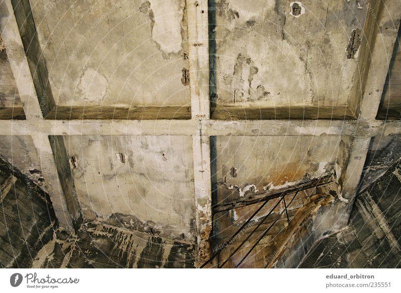 Steinbolt alt dunkel Treppe Beton Bauwerk verfallen Rost Ruine Decke Leerstand Abrissgebäude