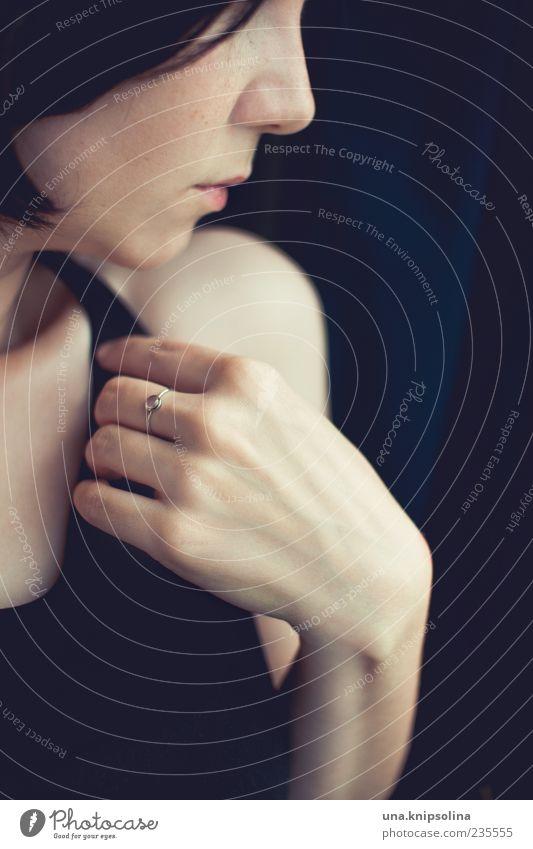 profil Mensch Frau Jugendliche Hand schön ruhig Gesicht Erwachsene feminin Gefühle Metall träumen elegant Finger Junge Frau 18-30 Jahre
