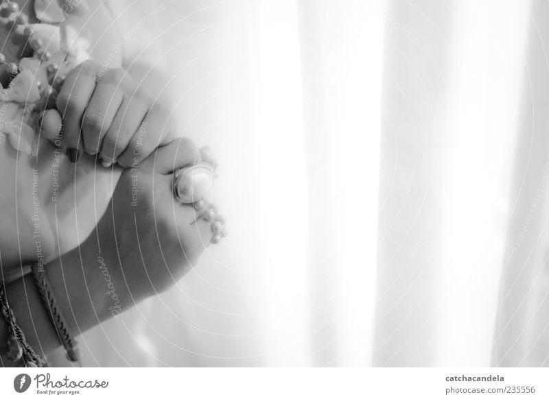 Mensch Hand schön feminin elegant Finger Romantik weich Ring Schmuck Accessoire Schwarzweißfoto Maniküre