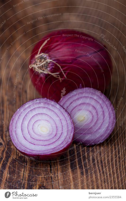 Zwiebel auf dunklem Holz Natur Pflanze weiß dunkel klein Lebensmittel braun Ernährung frisch Kräuter & Gewürze violett Gemüse Teile u. Stücke Bioprodukte Diät