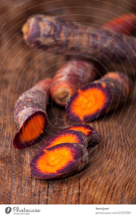 geschnittene Karotten auf dunklem Holz Natur Pflanze dunkel klein Lebensmittel braun Ernährung frisch violett Gemüse Teile u. Stücke Bioprodukte Diät