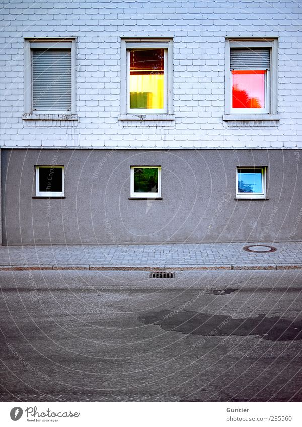 Farbraum blau grün rot schwarz Haus gelb Straße Fenster Wand grau Mauer Fassade trist Dorf Bürgersteig Langeweile