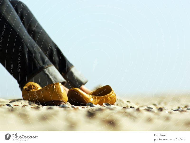Spiekeroog | Suse ganz entspannt ;-) Mensch Frau Himmel Natur Strand Erwachsene Erholung Umwelt gelb Sand Beine hell braun Zufriedenheit Schuhe sitzen