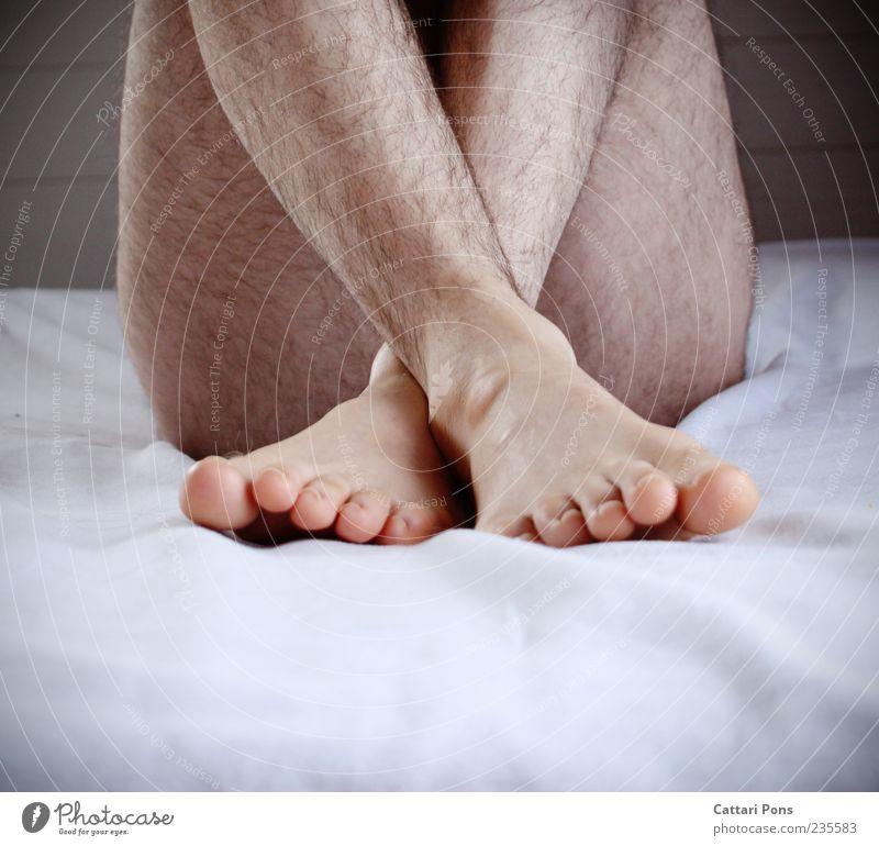 Unerreichbar nackt Beine Fuß hell Körper sitzen Haut natürlich maskulin Behaarung Schutz nah dünn Barfuß Zehen Scham