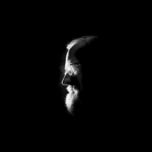 Alterserscheinung Mann Erwachsene Kopf Gesicht Nase Bart Stirn Brille 1 Mensch 45-60 Jahre Denken leuchten Blick außergewöhnlich dunkel Ferne glänzend gruselig