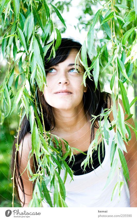 Eva im Paradies Mensch Natur Jugendliche grün Pflanze Freude Blatt Erwachsene Auge Leben feminin Kopf hell Nase Fröhlichkeit Junge Frau
