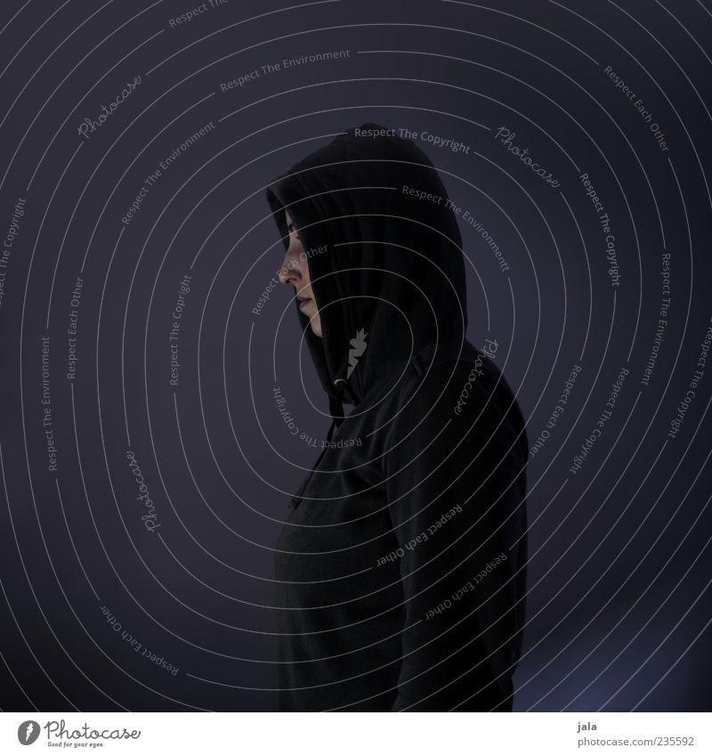 stranger Mensch Frau Erwachsene 1 30-45 Jahre Pullover stehen ruhig ernst Farbfoto Innenaufnahme Textfreiraum links Textfreiraum rechts Textfreiraum oben
