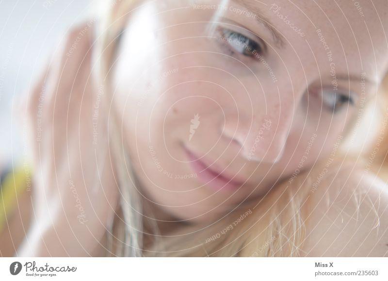 Ces Mensch Frau Jugendliche schön Gesicht Erwachsene feminin Haare & Frisuren Glück hell blond Junge Frau 18-30 Jahre Schüchternheit Frauengesicht