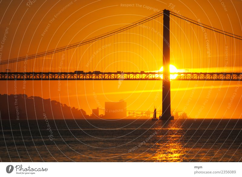 Sonne hinter Brücke | Lissabon Ferien & Urlaub & Reisen Sonnenaufgang Sonnenuntergang Sommer Hafenstadt Bauwerk Verkehr Verkehrswege Schifffahrt Zukunftsangst