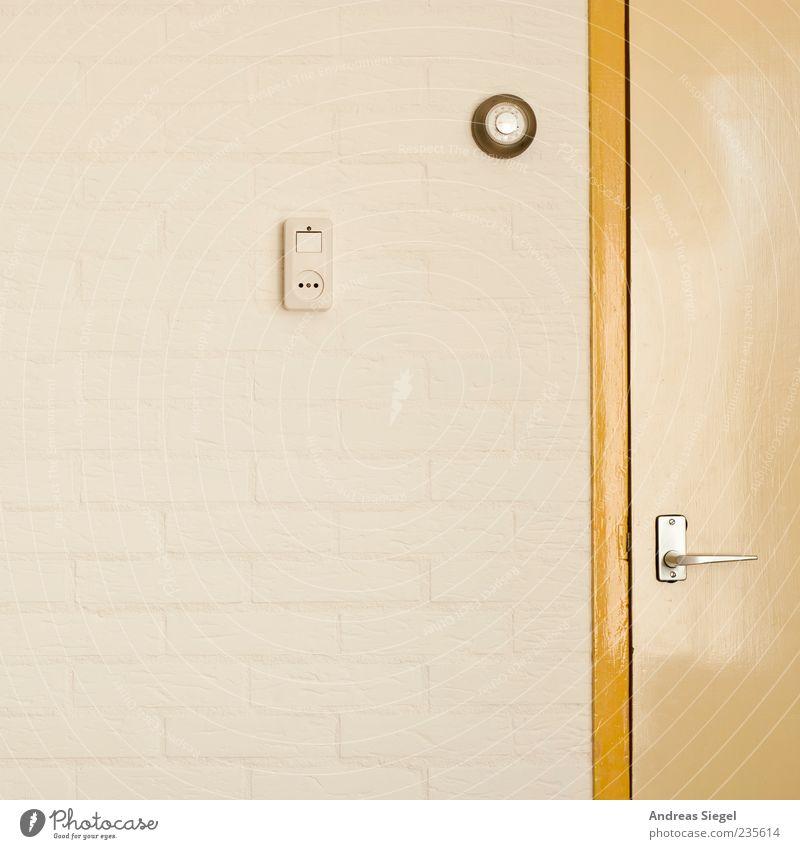 Bungalow en Caravan Mauer Wand Tür Steckdose einfach gelb weiß Lichtschalter graphisch reduziert Farbfoto Detailaufnahme Textfreiraum links Griff Anschnitt