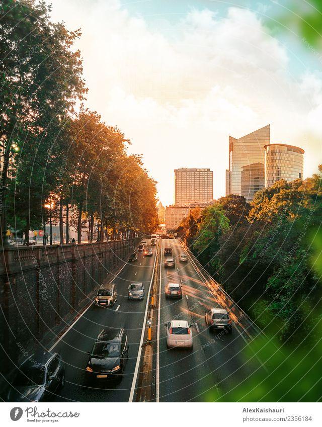 Stadtbild der Verkehrsstraße bei Sonnenuntergang Lifestyle Ferien & Urlaub & Reisen Tourismus Ausflug Abenteuer Sightseeing Städtereise Fahrradtour Umwelt