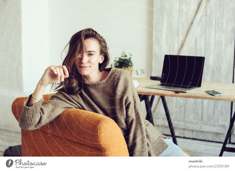 Frau Erholung Freude Erwachsene Lifestyle Arbeit & Erwerbstätigkeit modern Technik & Technologie sitzen Aktion Computer Telefon Internet Schriftstück heimwärts