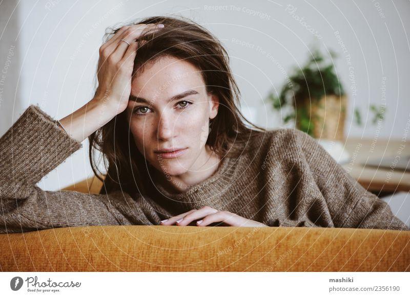 Innenporträt einer schönen Frau Lifestyle Gesicht Leben Stuhl feminin Erwachsene Pullover Traurigkeit warten natürlich Gefühle Müdigkeit Einsamkeit Stress