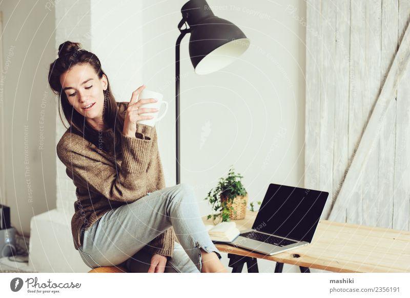 junge schöne Frau zu Hause Kaffee Lifestyle Freude Erholung Telefon Computer Notebook Technik & Technologie Internet Erwachsene sitzen modern heimwärts