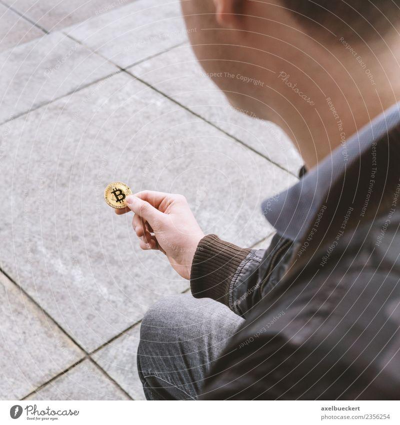 junger Mann hält Bitcoin Münze in der Hand Mensch maskulin Junger Mann Jugendliche Erwachsene 1 18-30 Jahre Geld Kapitalwirtschaft Kryptowährung Geldmünzen