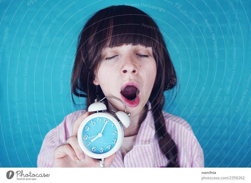 Junge Frau gähnt und hält morgens eine Uhr. Lifestyle Stil Gesundheit Mensch feminin Jugendliche 1 18-30 Jahre Erwachsene Nachthemd Haare & Frisuren brünett