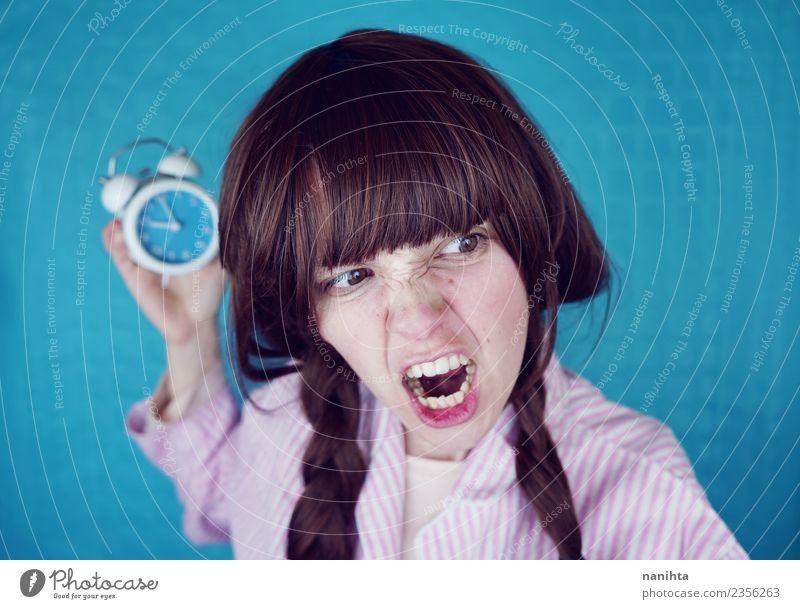 Wütende junge Frau hält eine Retro-Uhr. Lifestyle Stil Mensch feminin Junge Frau Jugendliche 1 18-30 Jahre Erwachsene Nachthemd brünett langhaarig festhalten