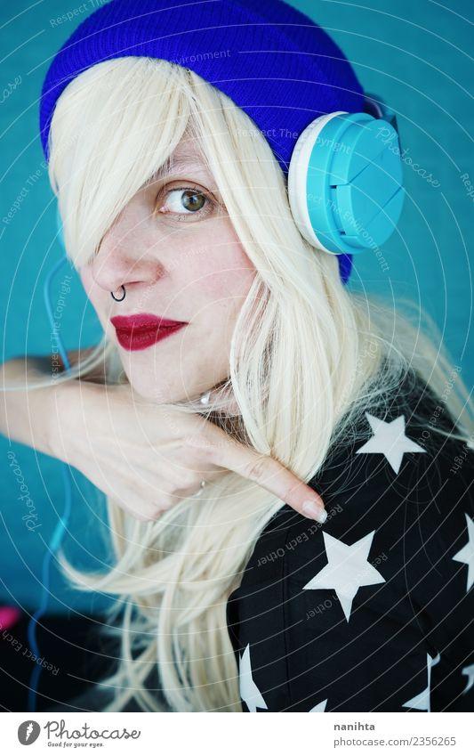 Junge und coole Frau, die Musik hört. Lifestyle Stil Freude schön Haare & Frisuren Gesicht Freizeit & Hobby Headset Technik & Technologie