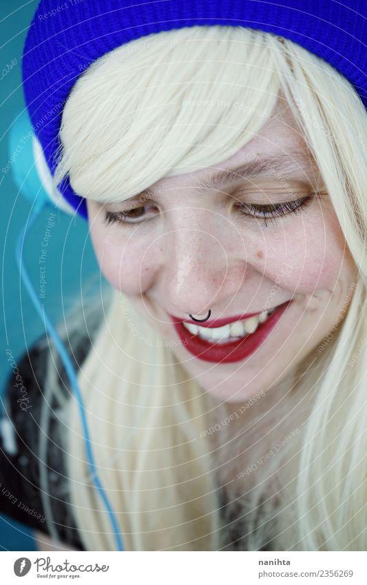 Junge und glückliche Frau hört mit ihrem Headset Musik. Lifestyle Stil exotisch schön Haare & Frisuren Haut Gesicht Kabel Technik & Technologie