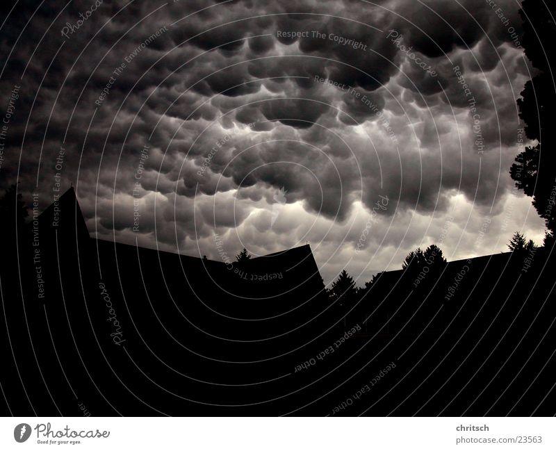 Wolken dunkel rund schwarz weiß Wetter