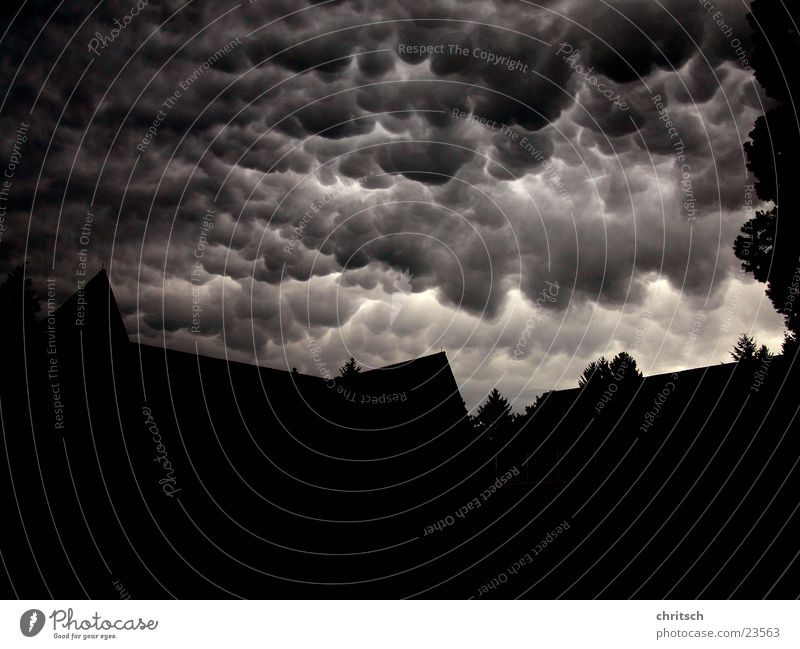 Wolken weiß schwarz dunkel Wetter rund