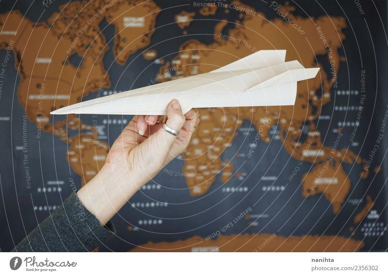Origami Papierflugzeug gegen eine Weltkarte Lifestyle Freizeit & Hobby Handarbeit Ferien & Urlaub & Reisen Tourismus Ausflug Abenteuer Ferne Freiheit Kultur