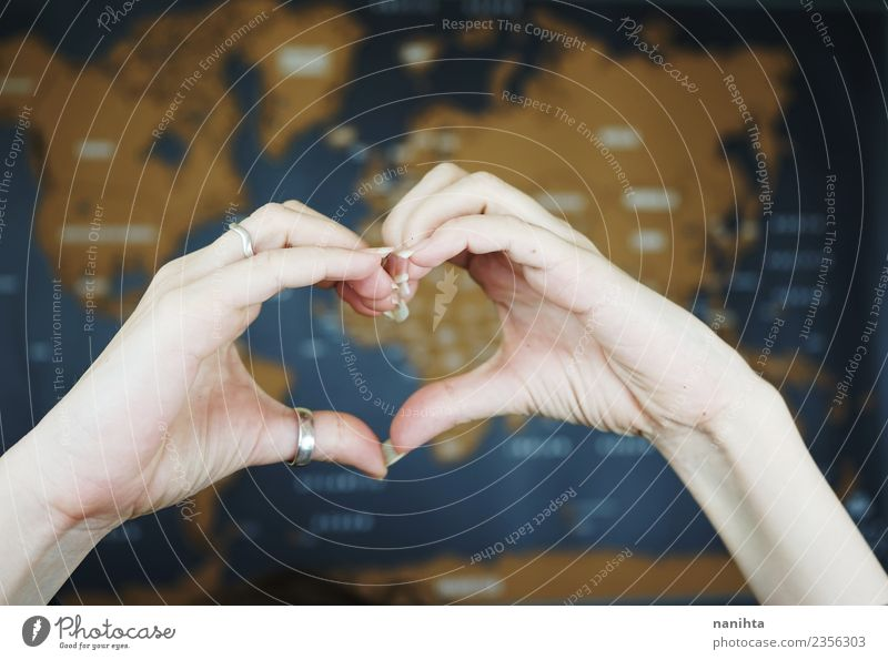 Hände, die ein Herz gegen eine Weltkarte schlagen. Lifestyle Design exotisch Ferien & Urlaub & Reisen Tourismus Ausflug Abenteuer Ferne Freiheit Hand Ring