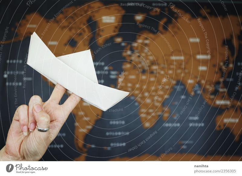 Papierboot gegen einen Mapamundi Freizeit & Hobby Handarbeit Origami Ferien & Urlaub & Reisen Tourismus Ausflug Abenteuer Ferne Freiheit Verkehr Schifffahrt