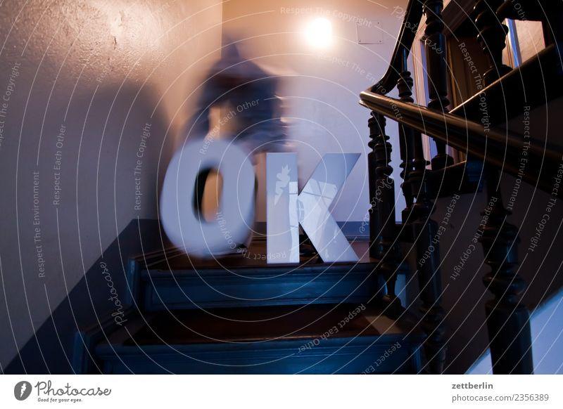 OK (5) Treppenabsatz Abstieg abwärts aufsteigen aufwärts fenster Geländer Treppengeländer Haus Mann Mehrfamilienhaus Mensch Menschenleer Stadthaus alles klar