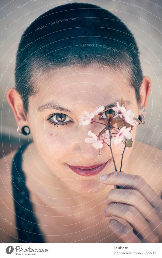 Willkommen Frühling Lifestyle Freude schön Haut Gesicht Junge Frau Jugendliche Blume Haare & Frisuren kurzhaarig beobachten Beratung Blühend Denken entdecken
