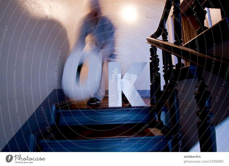 OK (8) Treppenabsatz Abstieg abwärts aufsteigen aufwärts Geländer Treppengeländer Haus Mann Mehrfamilienhaus Mensch Menschenleer Stadthaus alles klar